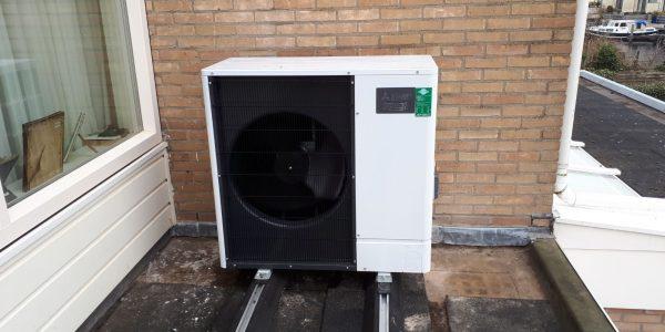 Het buitendeel van de installatie. De Zubadan-inverter (het buitendeel) onttrekt energie uit de buitenlucht. De energie gaat naar de Cilinder-unit (binnenunit). De Cilinder-unit zet het om in ruimteverwarming-koeling en warm tapwater.