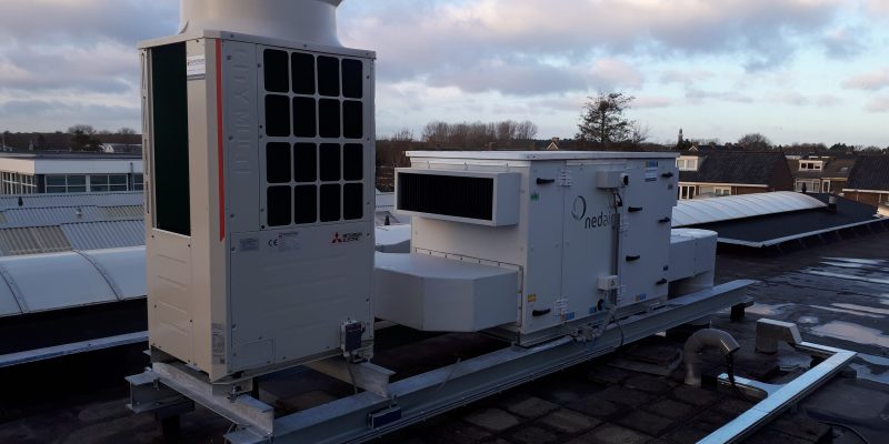 Links = Buitendeel VRF-installatie - rechts = luchtbehandelingskast